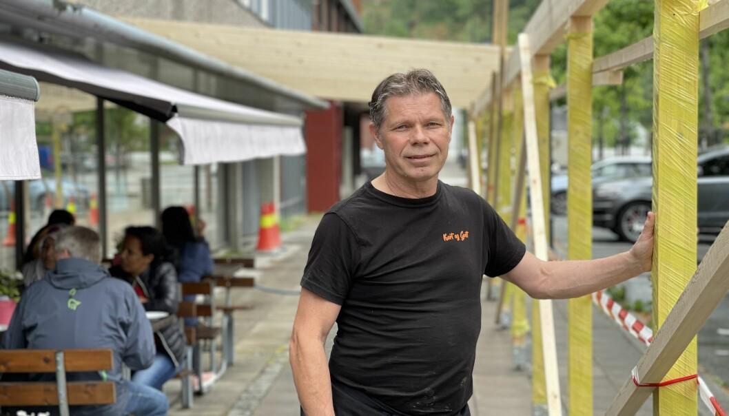 UTVIDER: Bygginga av det nye uteområdet er allereie i gang utanfor kaféen til Kjell Tore Grøthe.