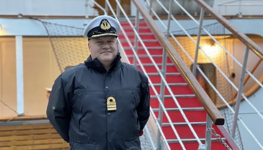 KONGESKIPET: Nestkommanderande Geir Aronsen framfor den røde løparen som går om bord i skipet.