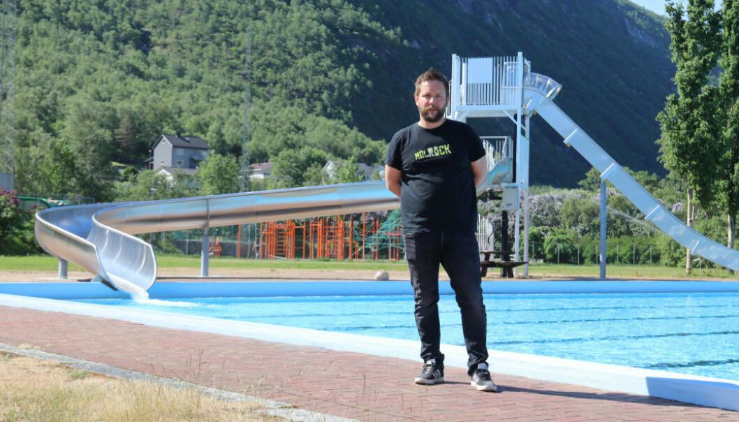 LETTA: Leiar Frank Runar Øren ved friluftsbassenget i Øvre Årdal
