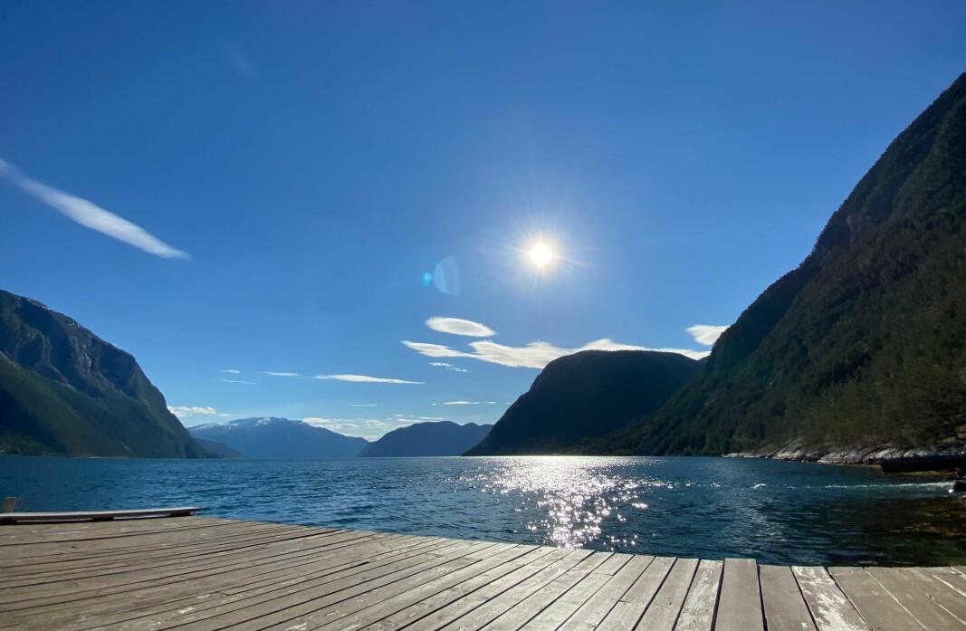 SOLSTEIK: Sognefjorden kan denne helga igjen bade seg i blå himmel og solsteik, dersom spådomane til meteorologen vert sanne.