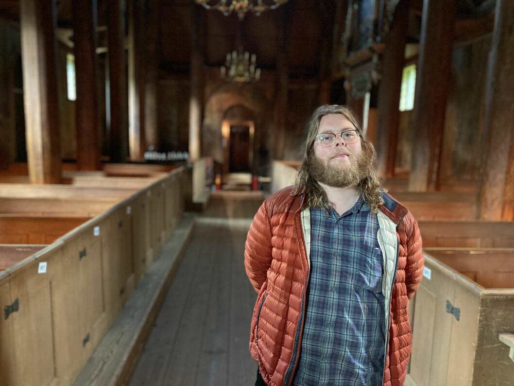 OPPGITT: Guideansvarleg ved Kaupanger Stavkyrkje Jacob Knagenhjelm meiner besøkstala ved kyrka kunne ha vore langt høgare, dersom lokalsamfunnet synte meir engasjement.