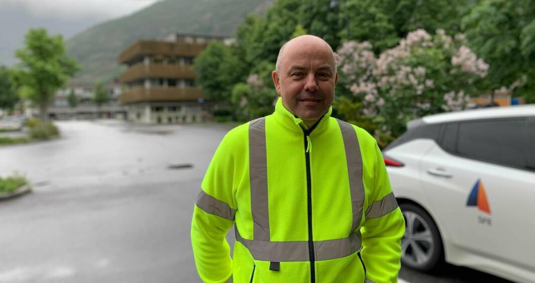 LADESTASJON: Ladestasjonen blir liggjande rett mellom rådhuset og hotella på Lærdalsøyri