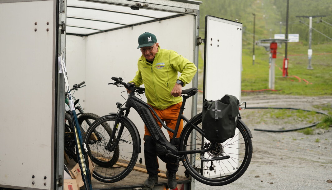 LØFT: Det var mange syklar som skulle flyttast inn i Dalalåven når leveransen kom.