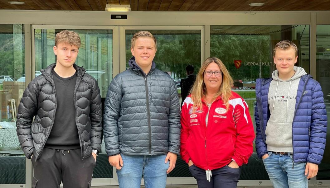 GLADE: Ungdomsrådet, beståande av (f.v.) Casper Skjær Brugrand, Per Severin Hjermann og Martin Blaaflat, var tilstades for å bevitne kommunestyreavgjersla saman med leiar for Kosen ungdomsklubb, Lise Cirotzki Einemo.