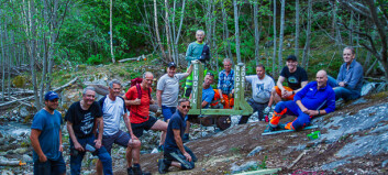 Tunge stokkar skapte problem då denne gjengen skulle byggje bru:– Me viste ikkje om dei ville flyte