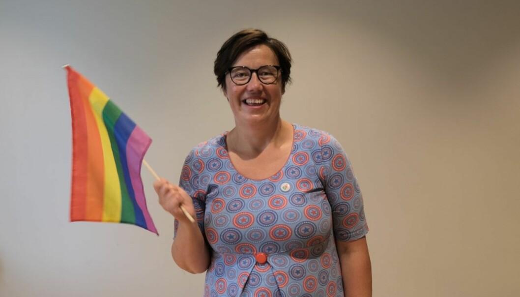 PRIDE: Stortingskandidat for SV i Sogn og Fjordane, Hege Lothe, viftar med flagget med eit stort smil om munnen.
