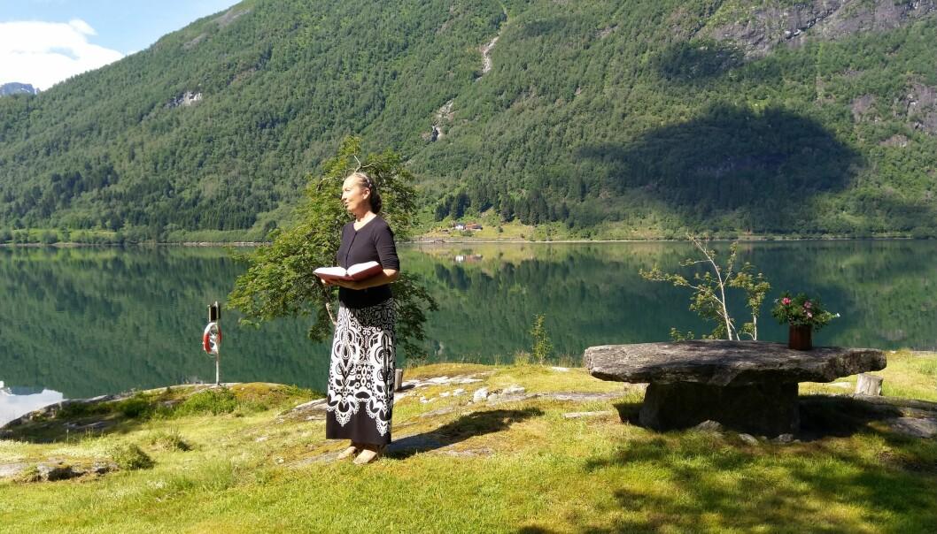 STILLAR OPP: Magni Åm Risa var på plass men mannen hennar når friluftsgudstenesta trengde nokon til å leia seremonien.