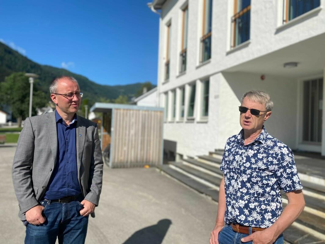 I BOKS: Ordførar Arnstein Menes (Sp) og Sogndal kommune signerte i dag avtalen som skal sikre full dekning på Gaularfjellet forhåpentlegvis innan 2023. Her saman med dekningsdirektør i Telenor Bjørn Amundsen.