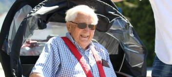 Arne (93) var fyrste som fekk køyretur: – Jau då, eg sit godt
