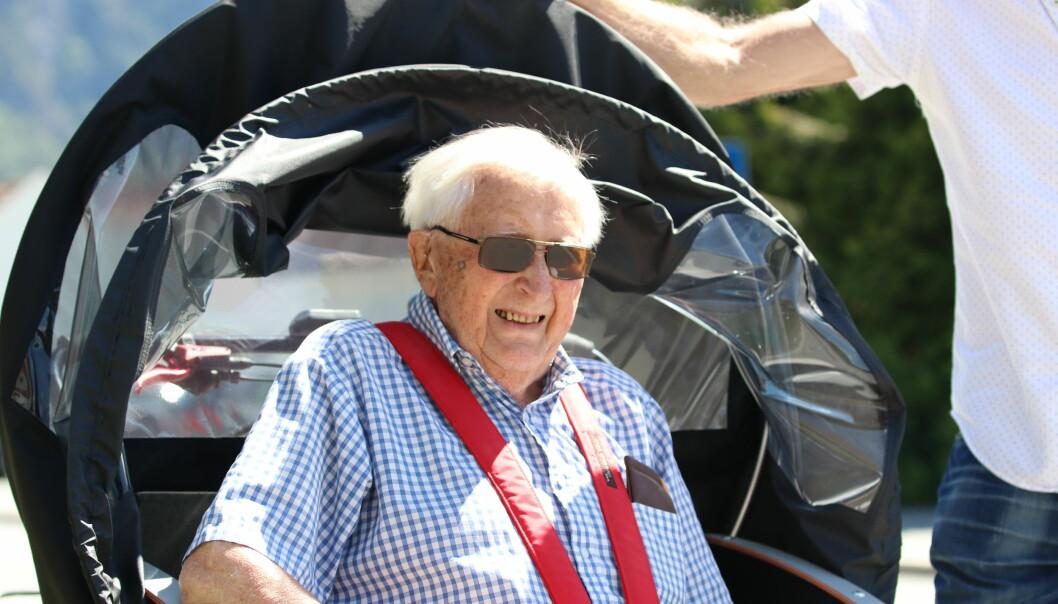 SYKKELTUR: Bebuar Arne Watne (93) har fått rigga seg godt tilrette og spent på setebeltet.