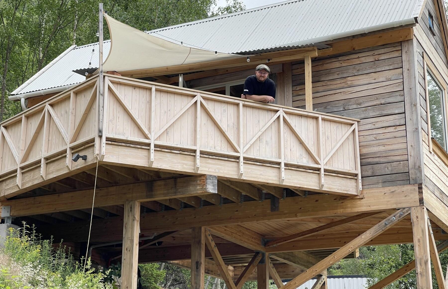 TRE METER: Minihuset står på tre meter høge søyler. Gøran Johansen har med andre ord god utsikt og stålkontroll på alt som skjer i nærleiken.