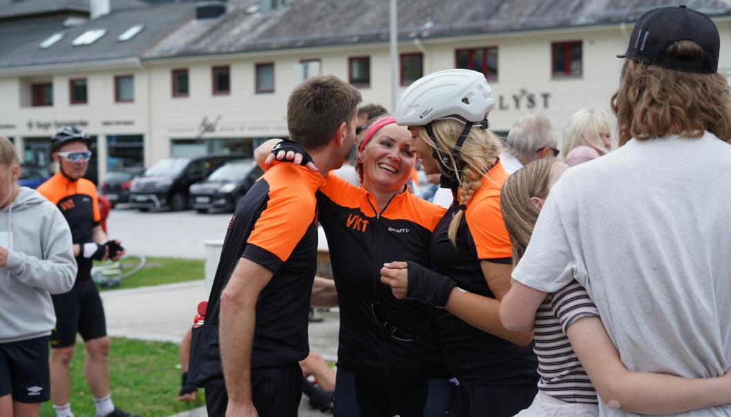 RØRT: Det var glade, slitne, og rørte syklistar som gjekk i mål ved kommunehuset i Sogndal.