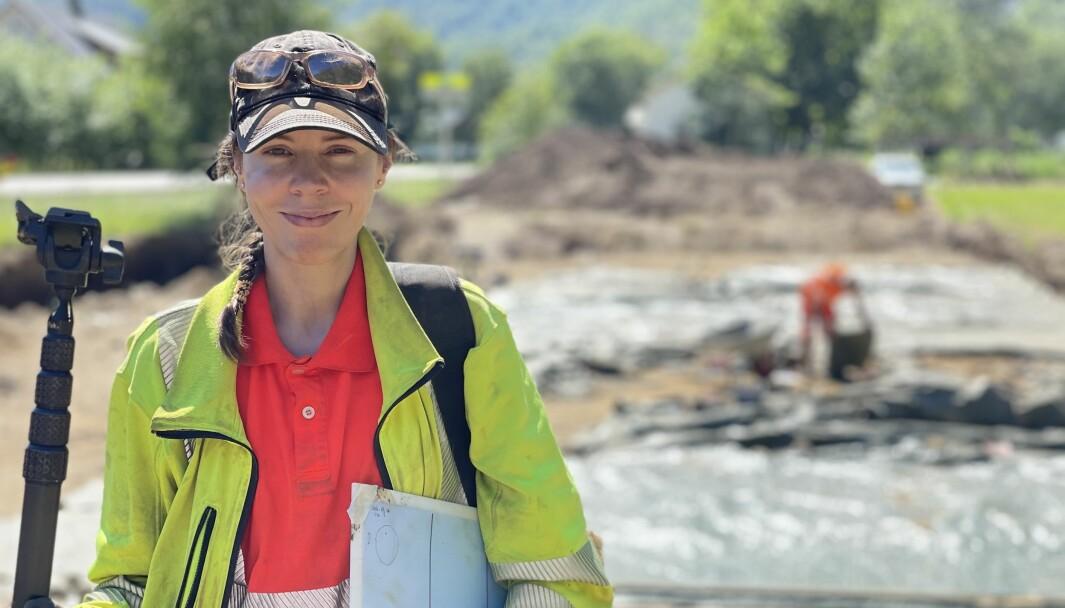 SPANANDE: Sigrid Hervig tykkjer det er morosamt å stadig gjere nye funn i området dei no grev i.