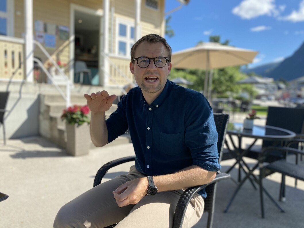 ENGASJERT: Porten møtte Krf-leiar Kjell Ingolf Ropstad for ein prat, i Sogndal sentrum onsdag.