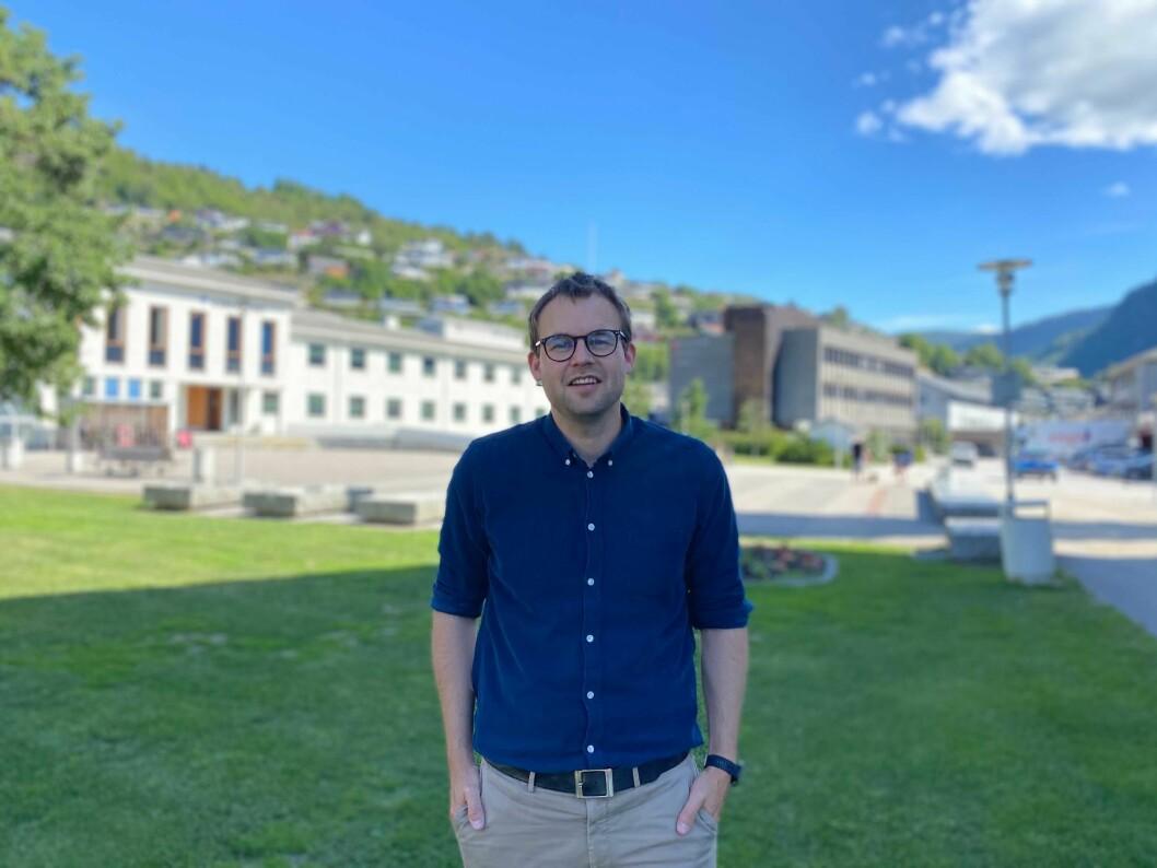 IMPONERT: KrF-leiar Kjell Ingolf Ropstad nytte anledninga til å skryte av soogningane si handtering av dei tøffe koronarestriksjonane då han var innom Sogndal onsdag.