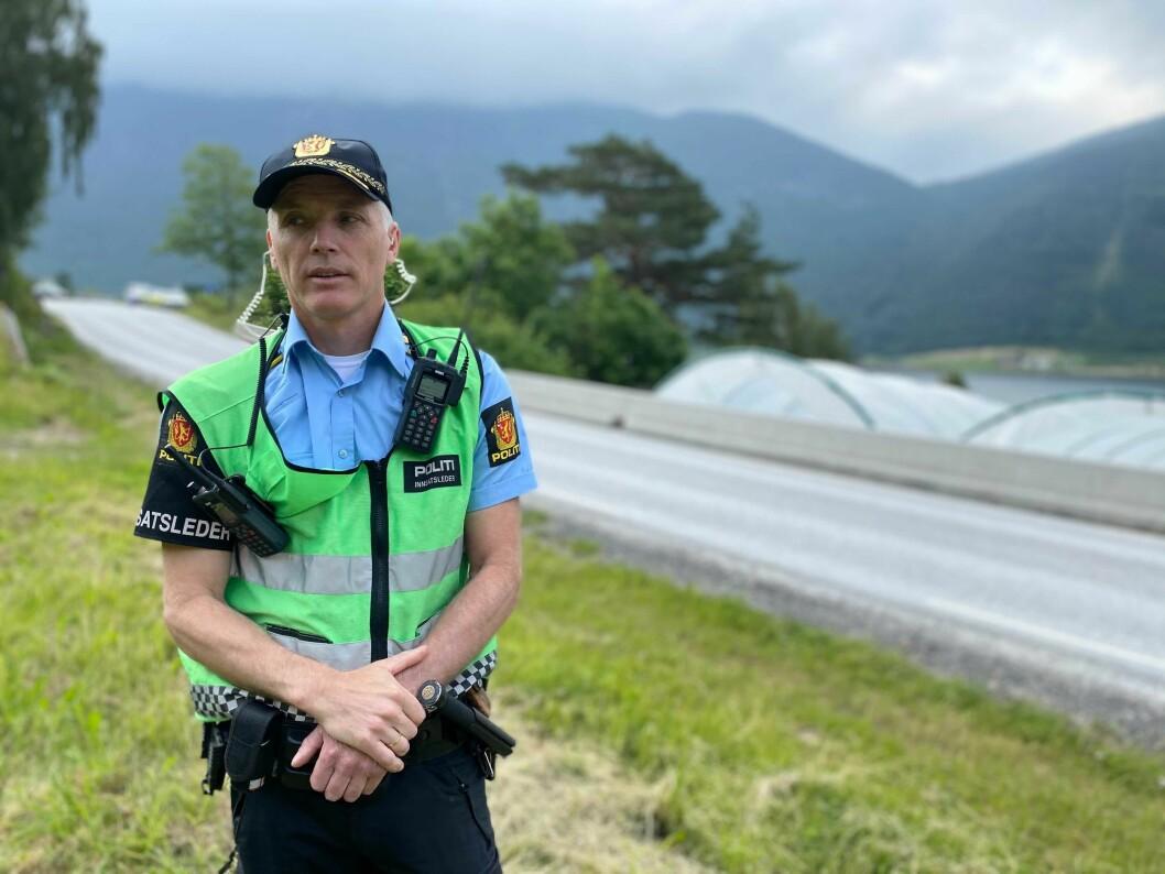 TRAFIKKULUKKE: Politioverbetjent ved Sogndal lensmannskontor, Svein Inge Krogh Harberg var tysdag tilstades ved ulukka på Lomelde.