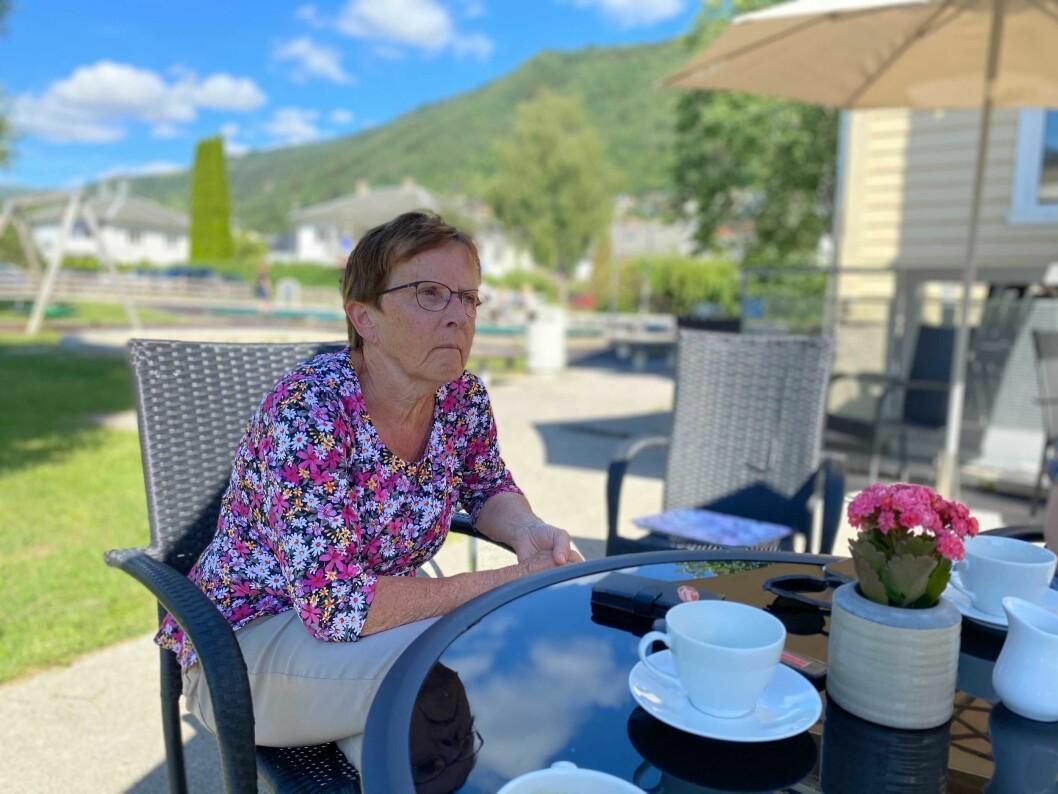 AKTIV: KrF-politikar Margrethe Haug møtte Tore Storehaug og KrF-leiar Kjell Ingolf Ropstad for å diskutere eldreomsorg då dei vitja Sogndal førre veke. Dåverande partileiar Ropstad, som gøymer seg bak kaffikoppen, har no gått av.