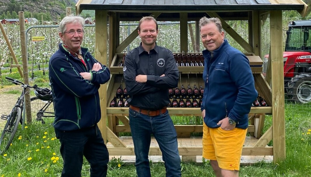 CELEBERT BESØK: Her har Fredrik Hestetun besøk av både Arne Brimi til venstre for seg, og Arne Hjeltnes til høgre for seg.