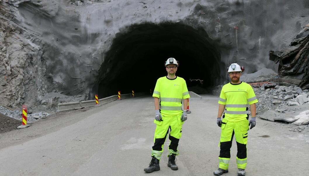 SEIMSDALEN: Prosjektleiar Jørn Fosen Simonsen og byggeleiar Jermund Atterås Borlaug utanfor opninga til Seimsdalstunnelen frå Årdalstangen-sida.