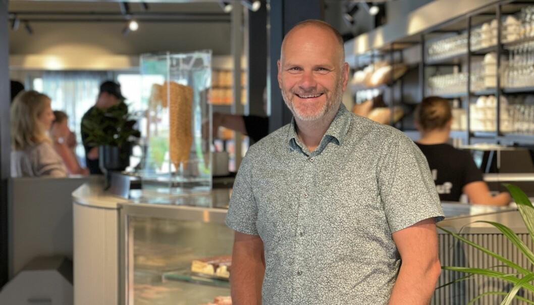 OPEN: Nils Asbjørn Lie hadde all grunn til å smile på opningsdagen til Laksen Bakeri & Kafé.