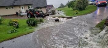 I Lavik var det opplett. Under ein kort køyretur vart personar evakuert og elv fann nytt løp grunna regnet