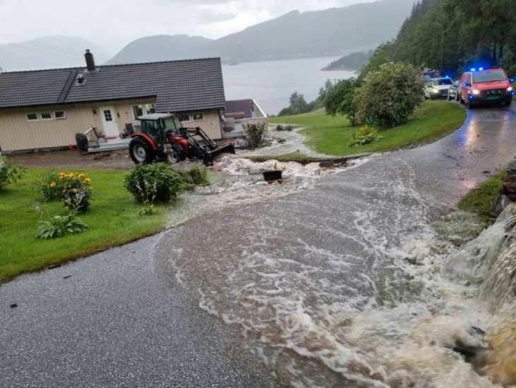 STORE VASSMASSER: Til tider skal vatnet ha stått mot huset på biletet. Brannsjef i Høyanger, Olav Nordgulen, er glad for at regnvêret gav seg relativt raskt.