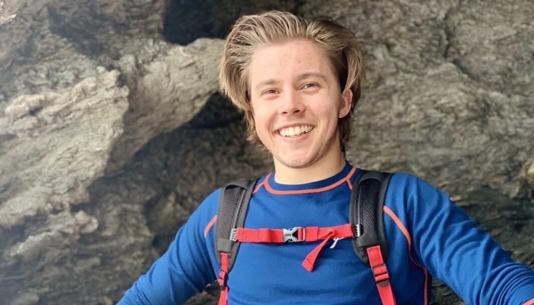 KLAR: Daniel Fossøy Sandbakk (23) har vore gjennom eit hektisk korona-år med veksling mellom fysisk- og heimeundervisning. No førebur han seg på å koma tilbake til klasserommet.