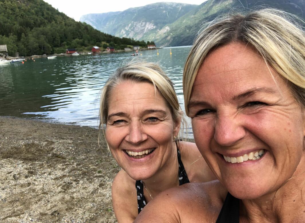 GODE VENER: Kristin Vee saman med barnomsvenninna Susanne Valsvik. Dei feira 51-årsdagane sine med tur på Molden og til Solvorn.