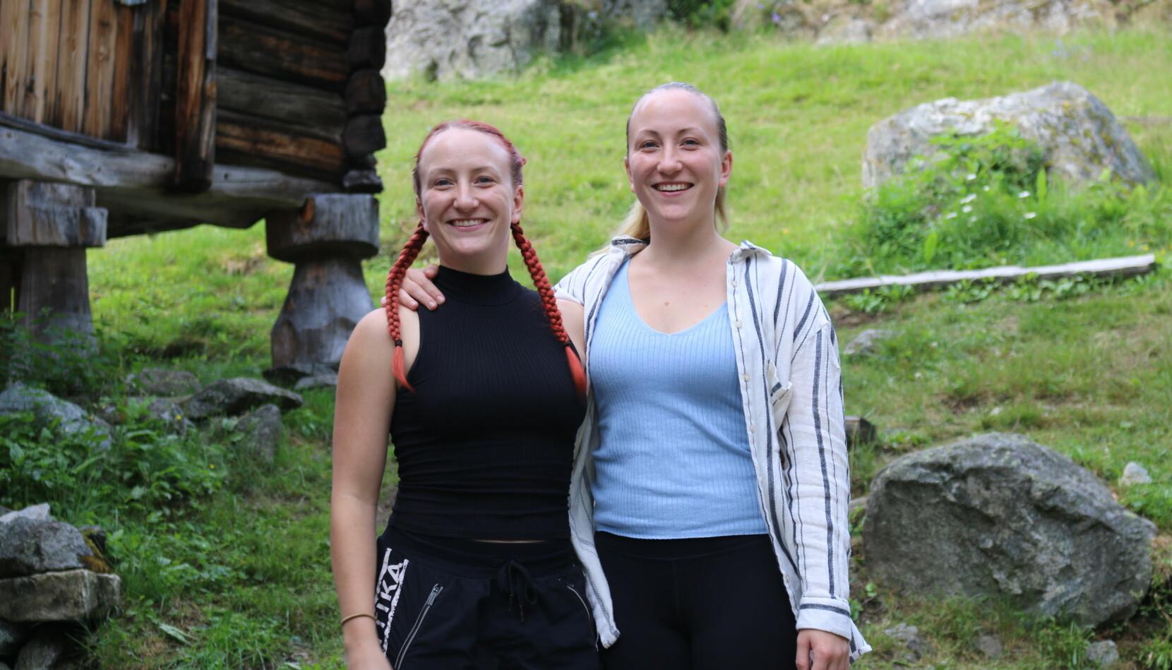 VETTI: Annelie (28) og Amanda Liliemark (28) hadde aldri vore i Noreg før dei tok på seg vertskapet på Vetti Gard for berre nokre veker sidan.