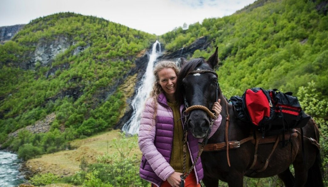 FOKUS PÅ MILJØ: Å ferdast i naturen har alltid vore ein stor del av livet til Torunn Todal Laberg. No som det er jobben hennar å vise fram naturen til besøkjande, er det også viktig for ho å dele holdningar og verdiar for korleis ein kan ta best mulig vare på både fjor og fjell.