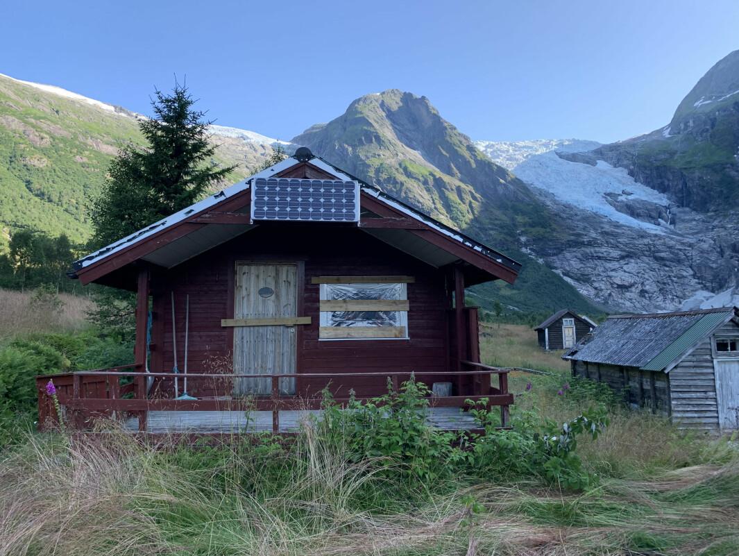HÆRVERK: Knuste ruter og tømde brannsløkkingsapparat var synet som møtte hytteeigaren tysdag kveld.