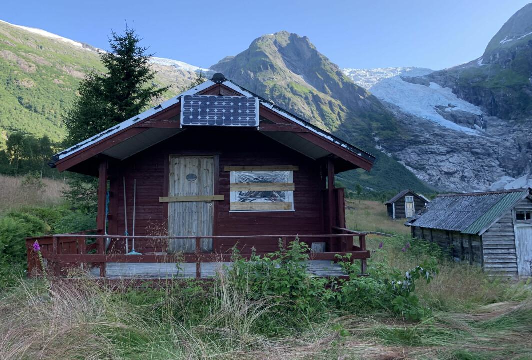 SKADEVERK: Ruter er knust etter at nokon gjorde hærverk på hyttene under Bøyabreen.