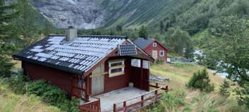 Skal ha knust ruter og tømt brannsløkkingsapparat. Slik ser hyttene i Fjærland ut dagen etter.
