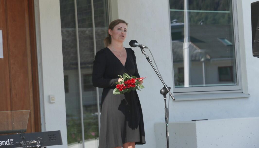 APPELL: Henny Kristin Asperanden Navarsete frå Sogndal Arbeidarparti beundra motet til dei overlevande frå terroren i appellen ho heldt.