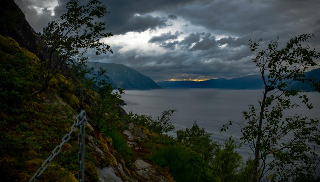 Natt til tysdag tek regnbyger, skiftande skydekke og kjølig luft over for klårvêr, sol og varme.