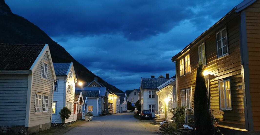 VARMT: Du kan nesten sjå varmen på Lærdalsøyri. Biletet er tatt i tre-tida i natt.