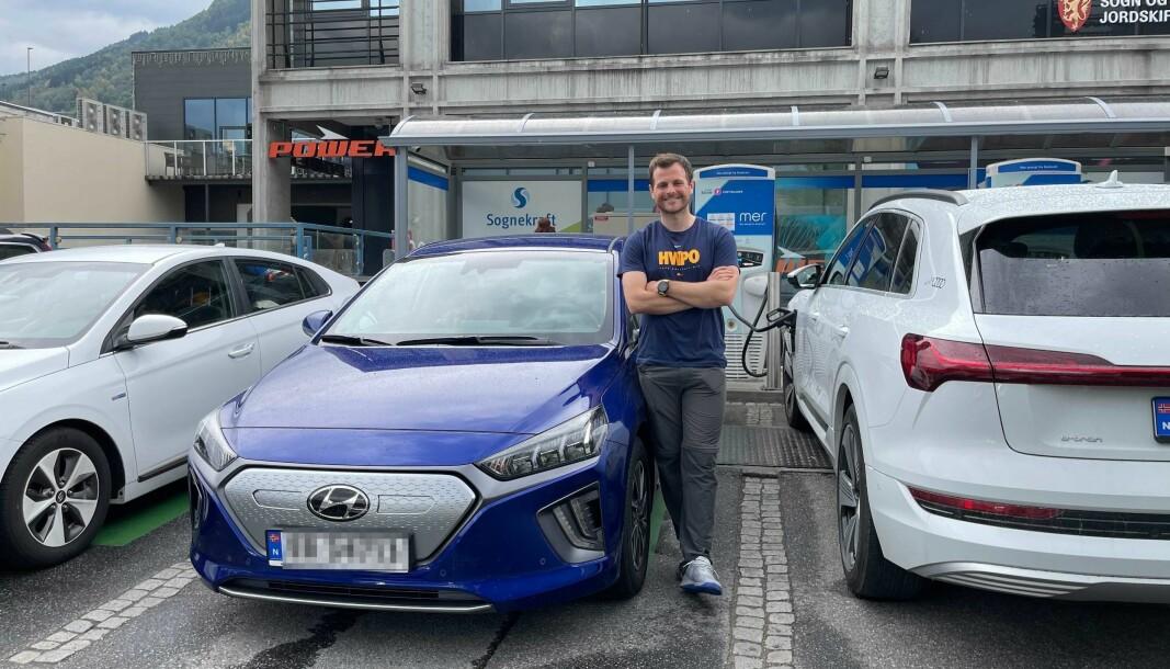 KAOS: Kristoffer Nieuwejaar er neste i køen for å lade bilen sin. Heile tre bilar var innom å snudde då dei såg den lange køen utanfor Amfi Sogningen.