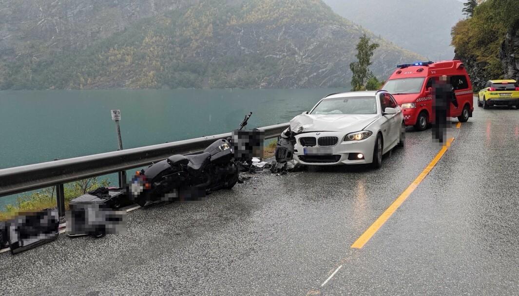 HARDT SKADD: Ein utanlandsk turist vart skadd i denne møteulukka mellom Øvre Årdal og Tangen i sommar. Dei var ei av relativt frå motorsykkelulukker denne sommaren.