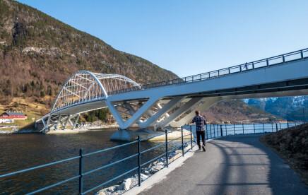 «Hit and run» etter påkøyring av postkassestativ og telting under Loftesnesbrui