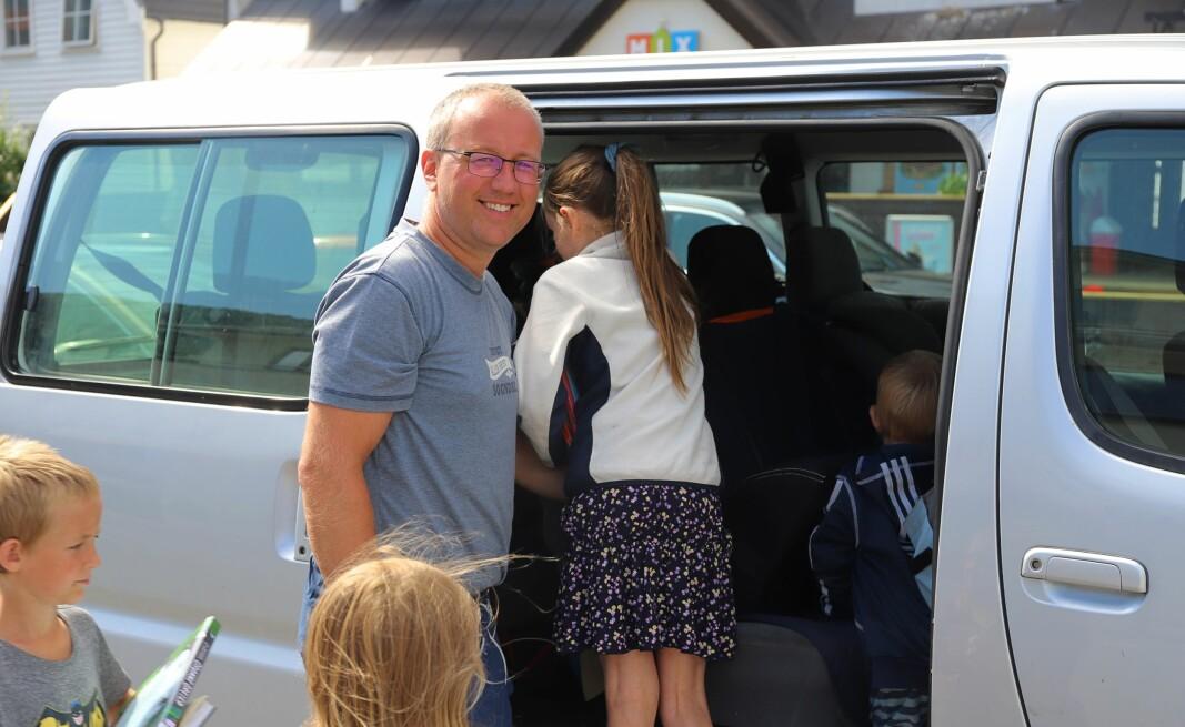 LITEN SKILNAD: – Mi erfaring med å ha mange ungar er at etter nummer tre er det ikkje so stor skilnad lenger, seier Arnstein Menes, som sjølv har seks. Men ein litt større bil kjem godt med når familien skal på ferie.