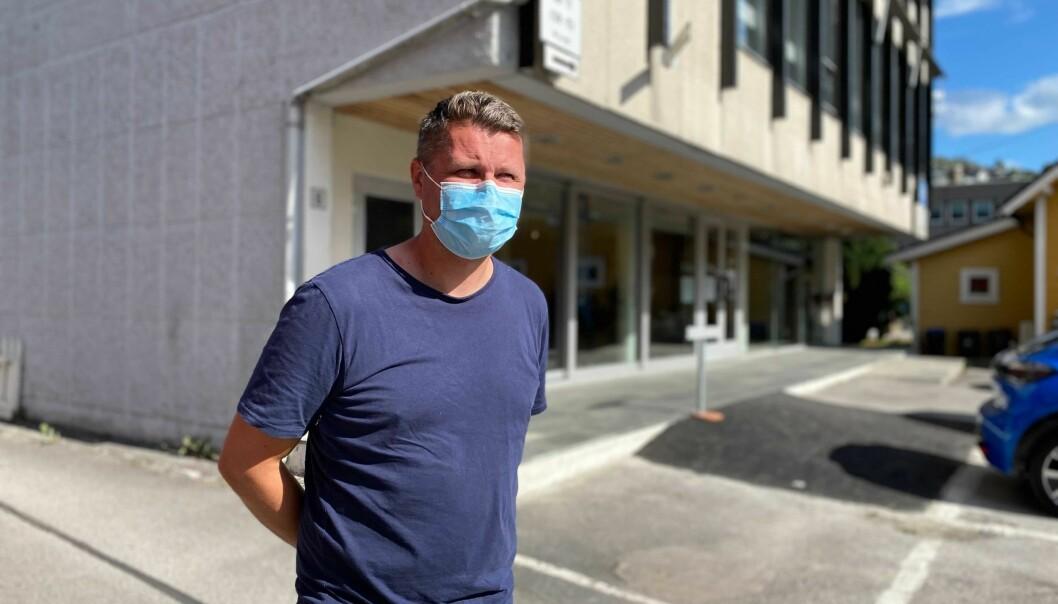PASSAR PÅ: Trenar Morten Brandsdal for Årdal FK hadde munnbindet på plass då han møtte Porten for ein prat måndag føremiddag.