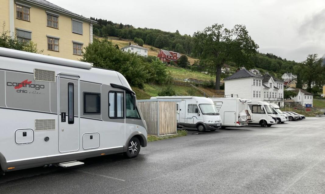 TINGHUSPLASSEN: – Ein dag stod det ni campingbilar på plassen her, seier Sindre Børsheim Ramung, som fortel at mange reagerer på omfanget av vill camping både her og andre plassar på Systrond.
