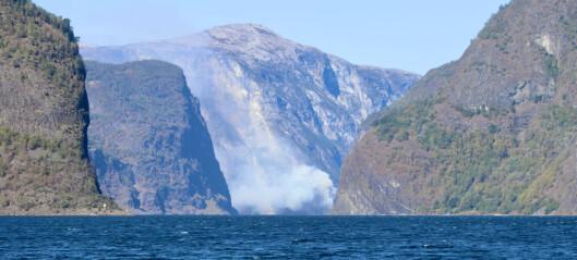 Skogbrann ved Nærøyfjorden: – Meldingar om at det spreier seg