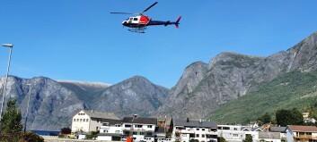 Helikopteret er i gang med sløkkjearbeidet: – Dette vil ta tid