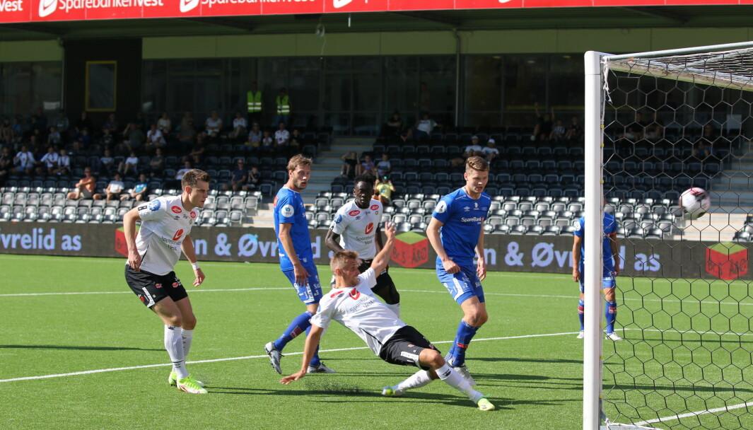 BLIKK FOR MÅL: Steffen Skålevik set kontant inn 1-0 for heimelaget, og sin aller første scoring for Sogndal.