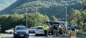 Tre personar involverte i trafikkulukke i Øvre Årdal: – Til dels store materielle skadar på ein av bilane