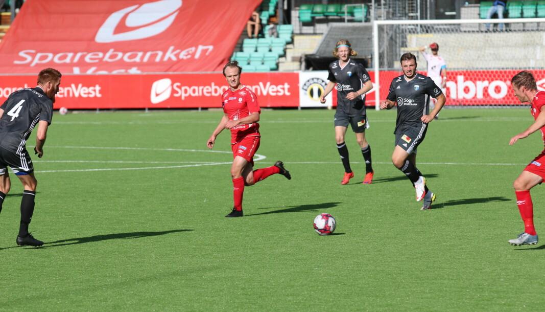 SCORA TO: Kenneth Blomseth Skjerven (midt i bildet) scora to då Fjøra slo Årdal FK 5-1 på Fosshaugane.