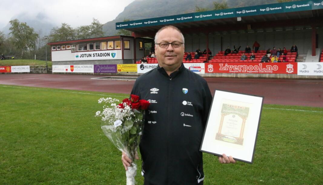 YDMYK: Fotball-bauta Geir Kjetil Øvstetun mottok laurdag honorert leiarstipend frå Norsk Fotballforbund