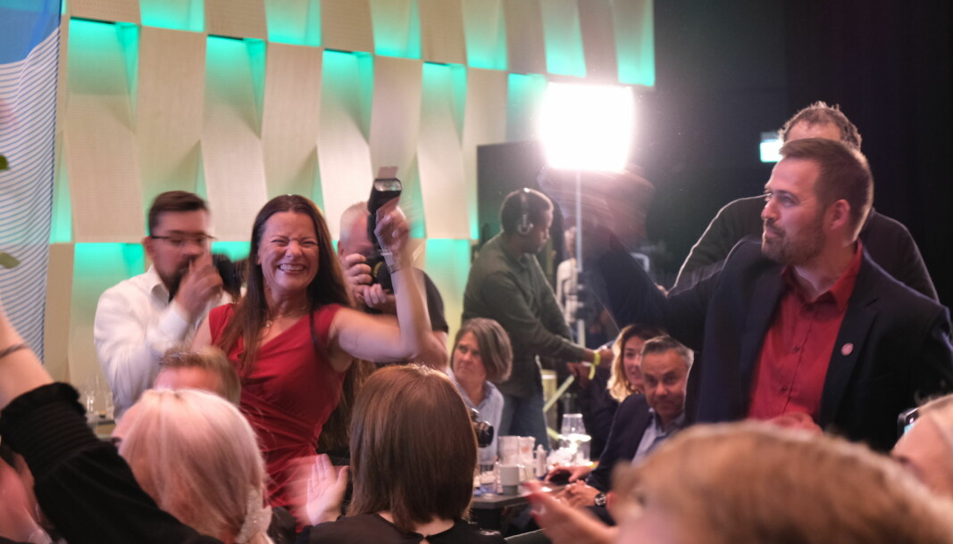 JUBLAR: Det var god stemning ved Arbeidarpartiets bord i Førde. Her avbilda er andrekandidat Marie-Helene Hollevik-Brandsdal og førstekandidat Torbjørn Vereide. Førstnemnde kom nett inn døra før prognosa kom inn. Ho fekk bilhavari i Fjærland.