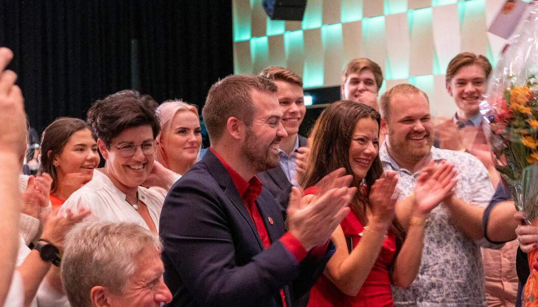KAN SMILE: Første- og andrekandidat for Arbeidarpartiet Torbjørn Vereide og Marie-Helene Hollevik-Brandsdal kunne juble etter at resultatet vart klart.